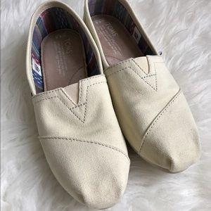 TOMS Shoes - TOMS white canvas flats 6.5