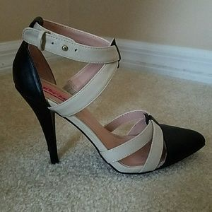 Betsey Johnson Strappy Blk & Ivry Closed Toed Heel