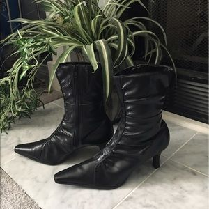 Predictions Shoes - 💥black leather heeled zip up boots