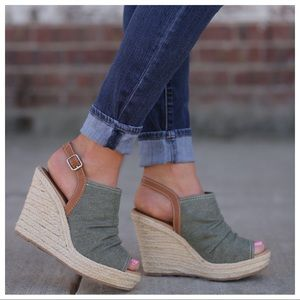 Shoes - Adorable summer wedges