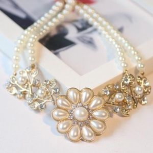 Jewelry - Pearl flower statement necklace