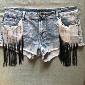 shyanne Pants - Distressed Jean shorts with tassel on the pockets