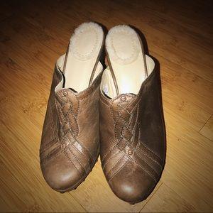 LIGHTLY WORN Ugg Clog Heels