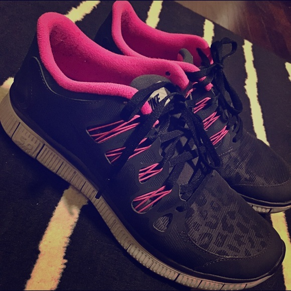 2379275cdfe2 Nike Shield Pack Gray   Pink Cheetah Running Shoe.  M 59465e219c6fcf90e30a6ca0