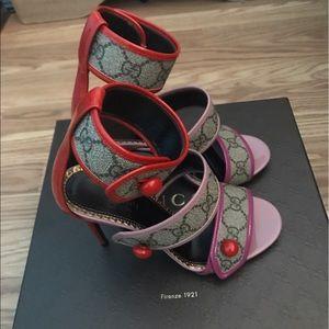 27cddb737e4 Gucci Shoes - 💥 SALE 💥 Beautiful Gucci GG Supreme Sandals