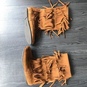 Minnetonka moccasins fringe boot