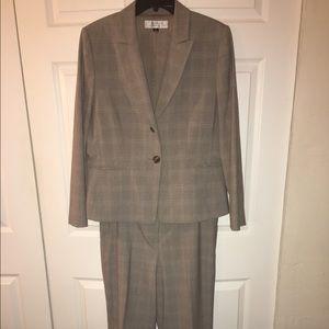 Tahari Other - Women's business pants suit - Size 14