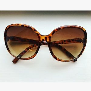 Accessories - Brown tortoise shell large frame sunglasses