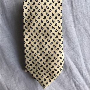 Cream and blue paisley patterned men's tie.