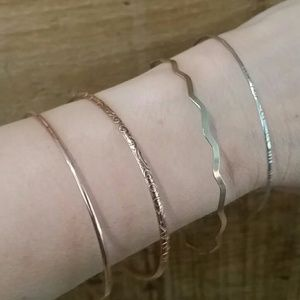 Jewelry - Set of 4 delicate bangles