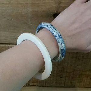 Jewelry - Set of 2 plastic bangles - ivory and blue speckle
