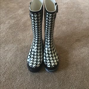 Western Chief Shoes - Black and white checkered rain boots! 💧