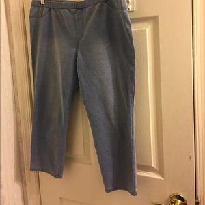 HUE Pants - HUE Capri Denim Pull On Pants