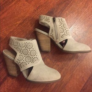 Sole Society Shoes - 💐 SOLE SOCIETY beige suede booties 👢Size 8✨