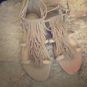 385 Fifth Shoes - Tan Fringe sandals 7 but fits like 6 1/2
