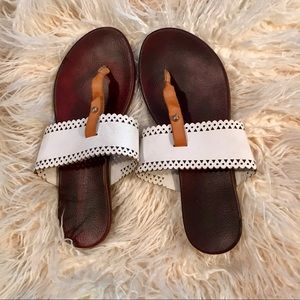 Relativity Shoes - Brown and white t strap leather sandals!