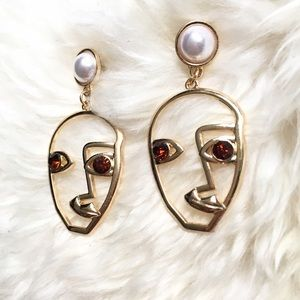 Jewelry - Gold face earring with red eye