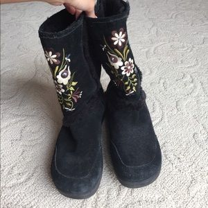 Report Shoes - Black embroidered boots with furry inside