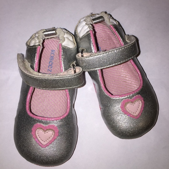 Robeez® Size 4 Mini Shoez Paris Sandal in White Robeez® Size 4 Mini Shoez Paris Sandal in White Let your little girl walk around in the spring and summer in style .