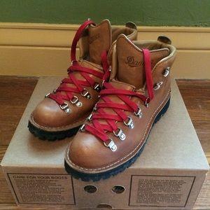 Danner Shoes - Women's Danner Mountain Light Cascade Boots 9.5