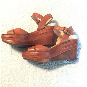 89c00c90e0311 Frye Shoes - Frye Carlie Seam Sandal Wedge in Cognac - 8.5