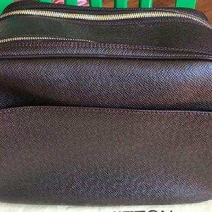 debeacd20e3 Louis Vuitton Bags - Louis Vuitton~ MINT Burgundy Taiga Reporter PM Bag