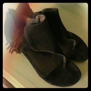 Adorable fringe sandal
