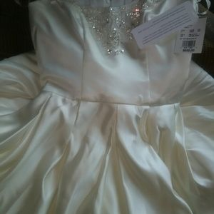 Oleg Cassini Dresses & Skirts - Oleg casani wedding gown never worn size 2
