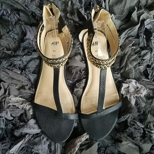🎉HP🎉 H&M Black and Gold Sandals