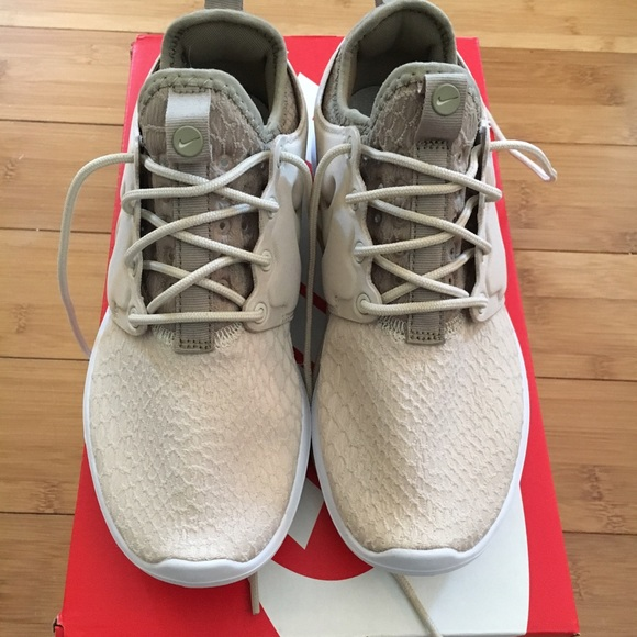 1d0bd3c5aacc Women s Nike Roshe Two SE Sneakers. Worn once. 6. M 595bf449eaf0303db910aab9