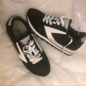 Shoes - Brooks basic sneakers