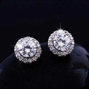 Jewelry - Stunning stud earrings