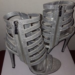 Shoes - Beautiful sparkle Silver heels