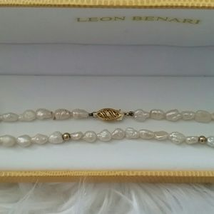 Jewelry - Set of natural pearls with 14 K gold clasp.
