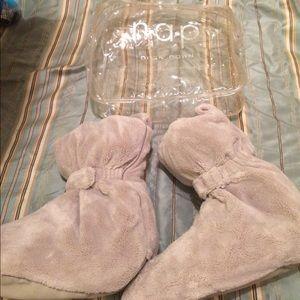 216b8185fd20 brookstone Shoes - Brookstone nap duck down slippers