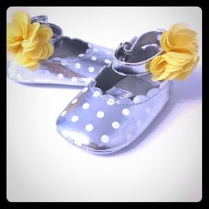 Other - NWOT Silver Polkadot Flower Shoes 9-12months