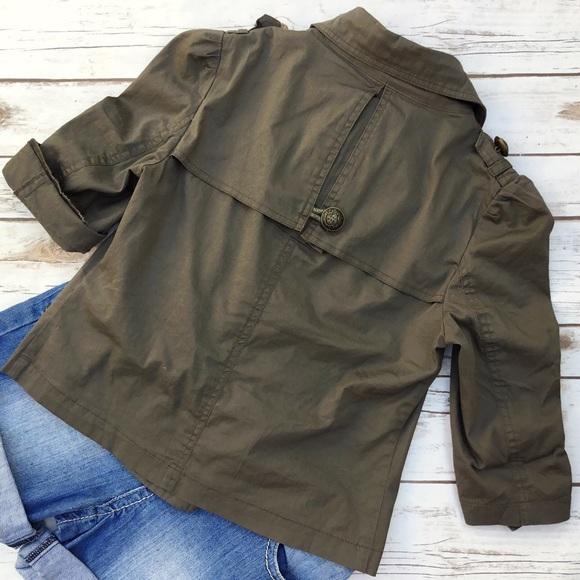Zip Up Kangaroo Pocket Short Sleeve Jacket. Model in pictures is 5 Model in pictures is 5 1/4 Zip Pullover Wicking Windbreaker Jacket (All Sports: Baseball, Softball, Tennis, Golf, Track, etc) Youth, Ladies & Adult Sizes.