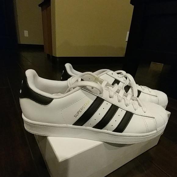 Adidas zapatos Shell Toe Superstar nueva marca de rayas negras poshmark