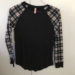 Tops - Long-Sleeve checkered black top