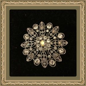 Jewelry - Vintage Rhinestone floral themed  brooch