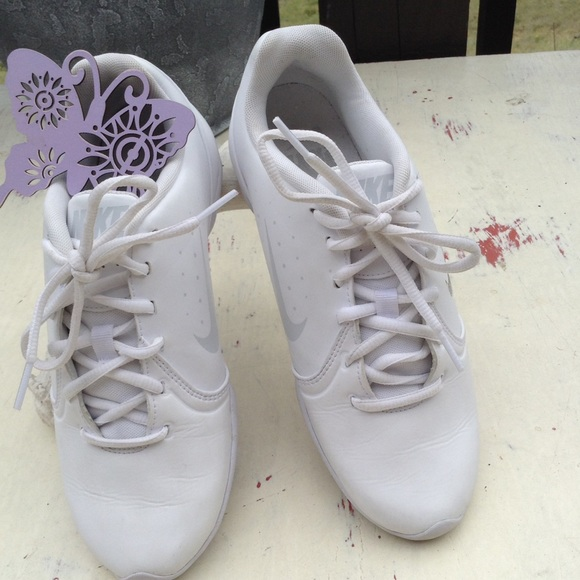 3d90422c0f01 NIKE GO! FIGHT WHITE LACE UP RUNNING SHOE. M 5962fa8c7f0a057772036f58