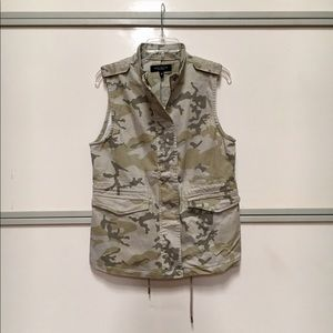 Camo print zip front vest w/ drawstring waist