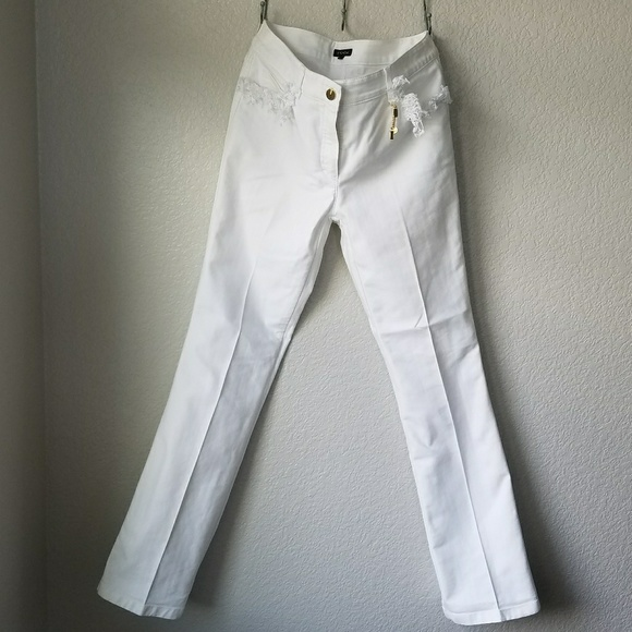 Turn heads with crisp and fashion-forward white jeans for women from Gap. Fashionable Looks for Every Body Type. Discover the chic and fresh possibilities with Gap's collection of women's white jeans. Our classic collection of tall, regular and petite sizes are slimming and fashionable on every body type.