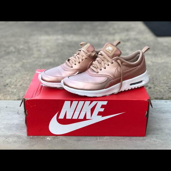 f443a80f87 Women's NIKE AIR MAX THEA SE metallic red bronze. M_596450fca88e7d6a17038de2