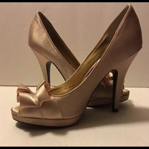 🛍Nina Gold Satin Heels With Peep Toe NEW