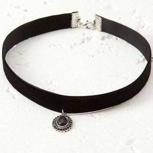 Jewelry - Faux black pearl velvet choker and charm