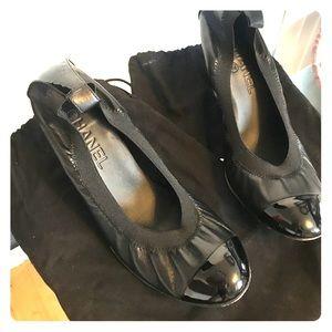 Chanel classic round toe pump-black