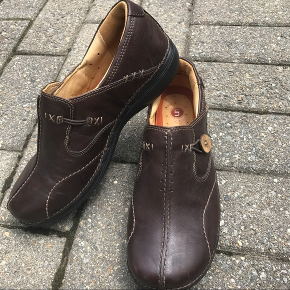 Un structured clarks brown leather slip on shoes.