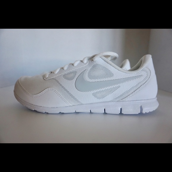 Women s NIKE Cheer Compete Sneakers SIZE 7.5 b0d3350fd