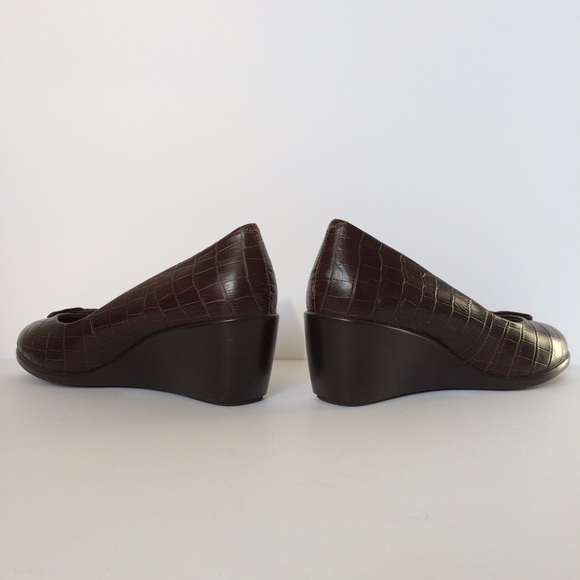 65 off vionic shoes vionic brown wedge heels with bow